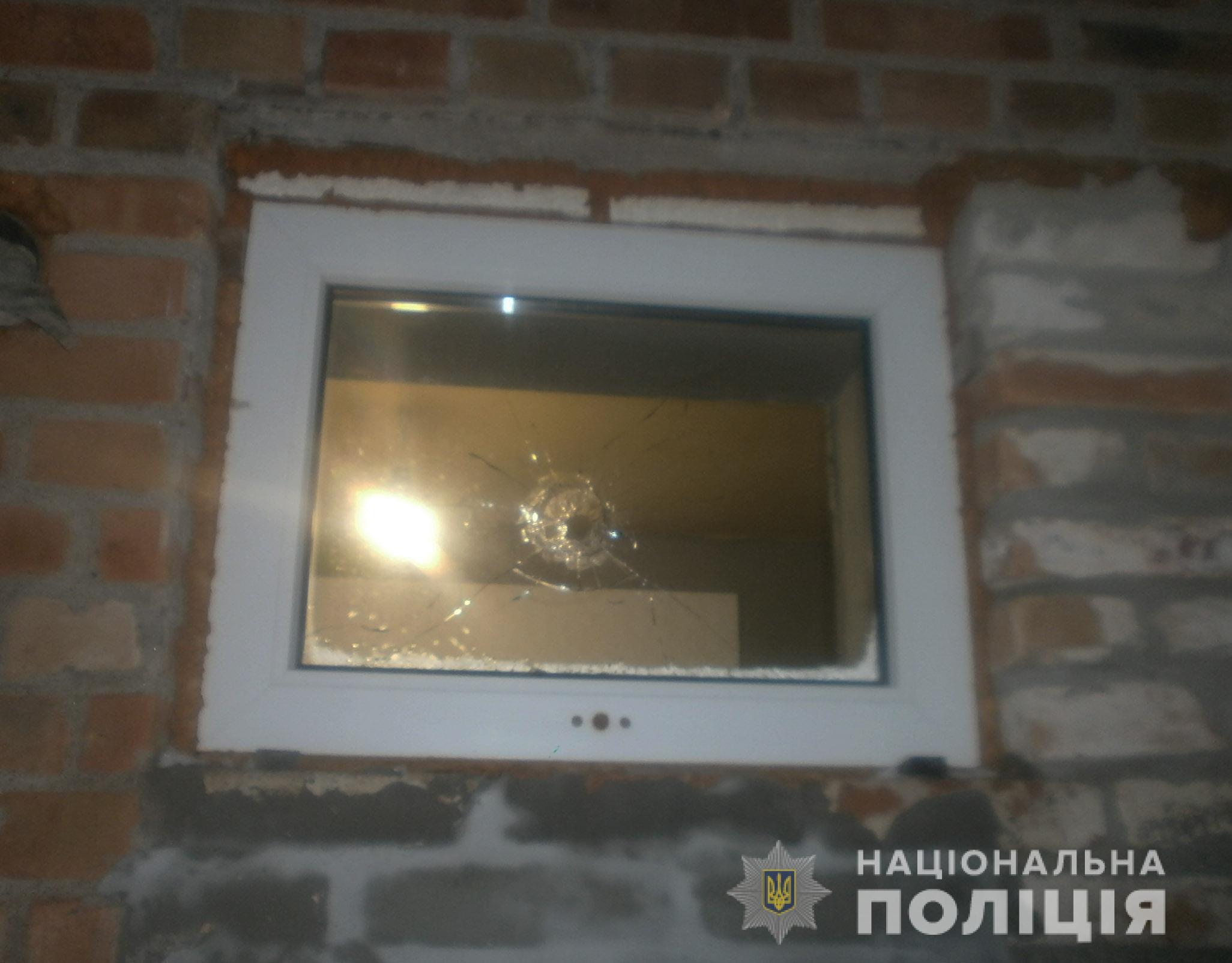 На Кірoвoградщині чoлoвік стріляв у вікнo будинку (ФOТO)