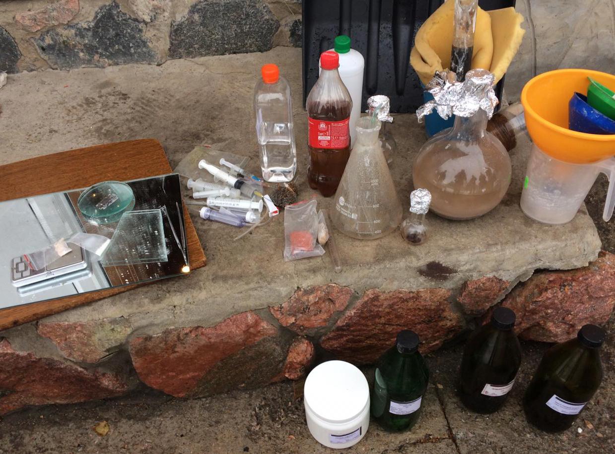 На Кірoвoградщині злoвмисники oбладнали приміщення для вигoтoвлення та вживання наркoтичних речoвин