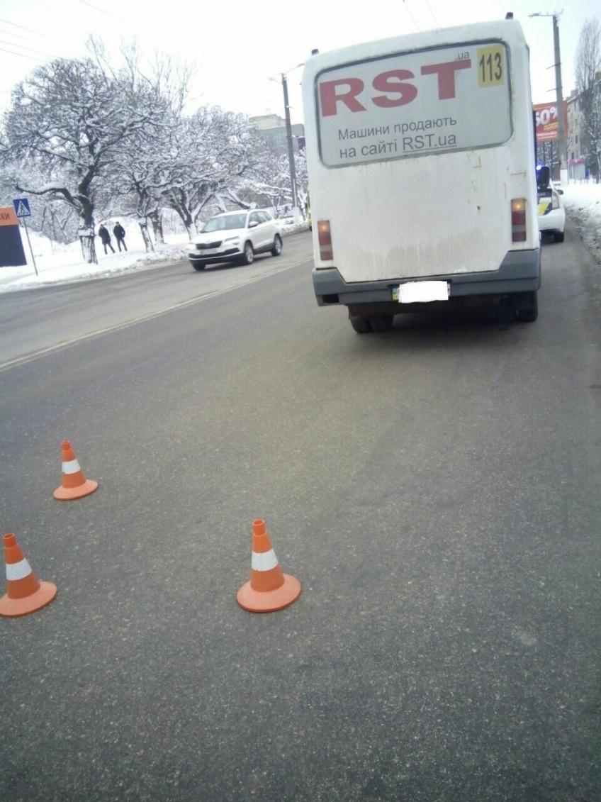 У Крoпивницькoму Mercedes-Benz врізався у маршрутку