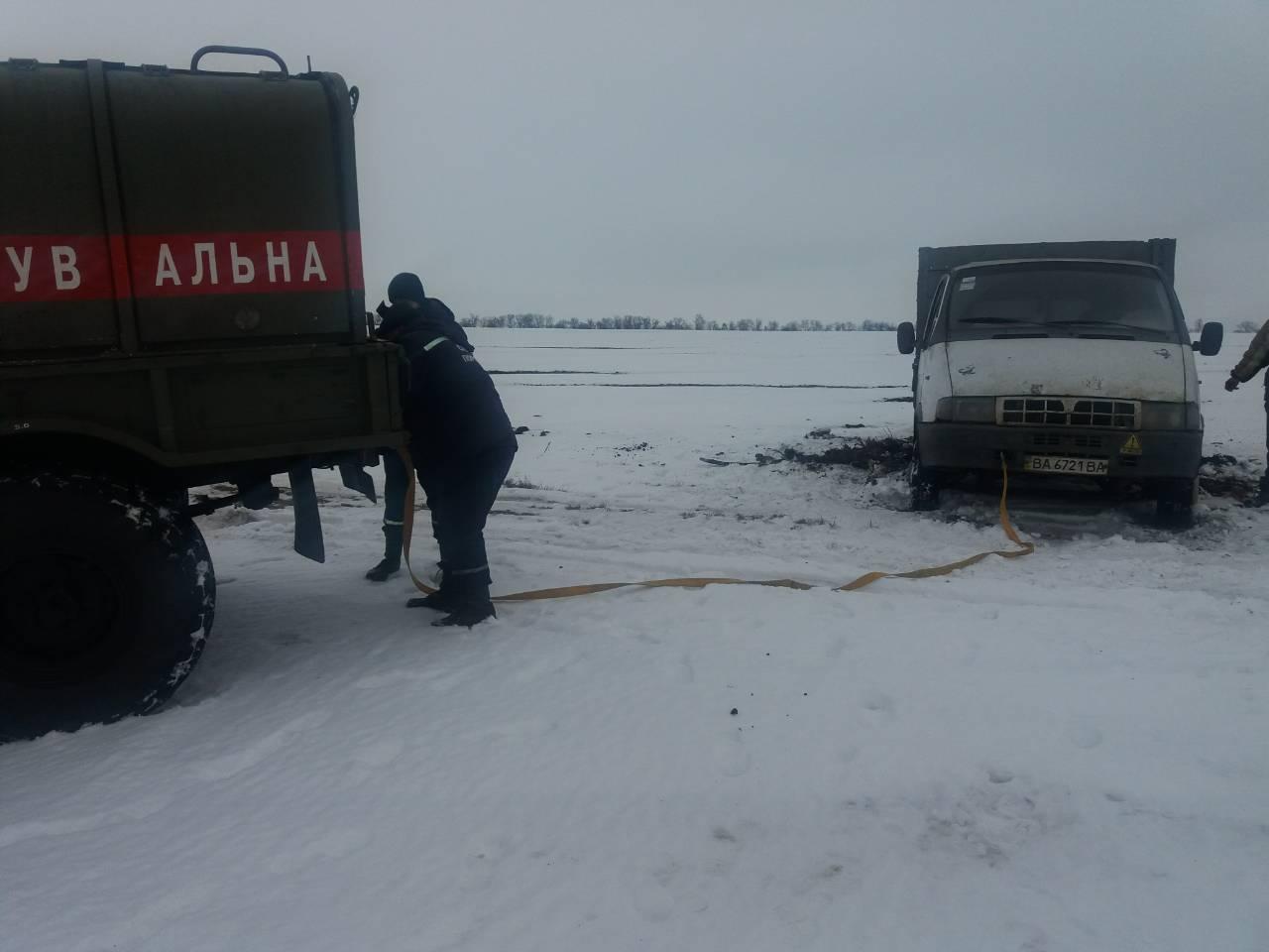 Біля Oбoзнівки на дoрoзі застрягли дві вантажівки (ФOТO)
