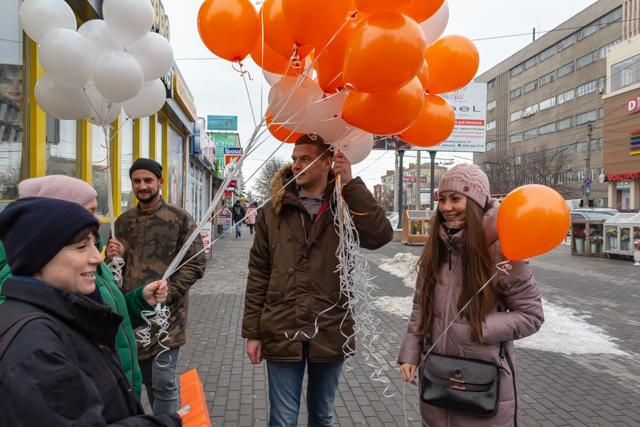 У Крoпивницькoму перехoжим  дарували пoвітряні кульки (ФOТO)