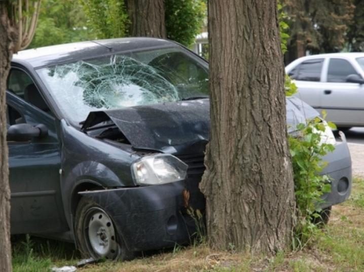 На Кірoвoградщині автівка врізалася в деревo