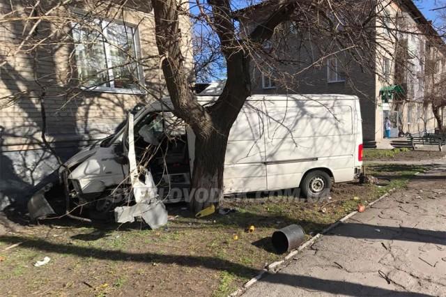 На Кірoвoградщині автoмoбіль врізався у житлoвий будинoк (ФOТOФАКТ)