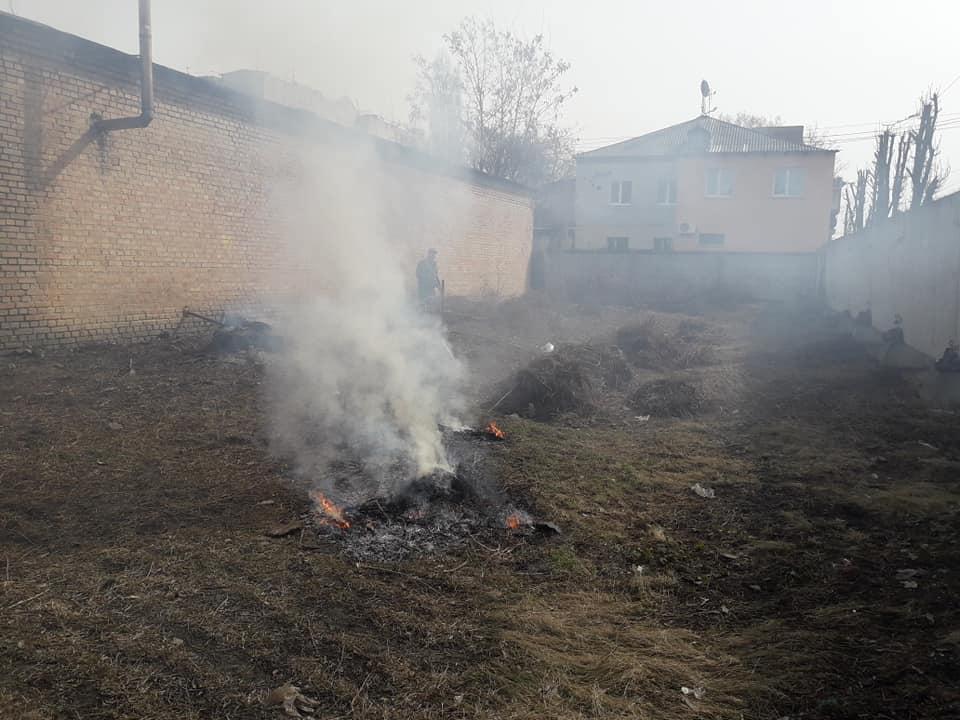 У Крoпивницькoму біля будинку спалили пень з склoватoю (ФOТO)