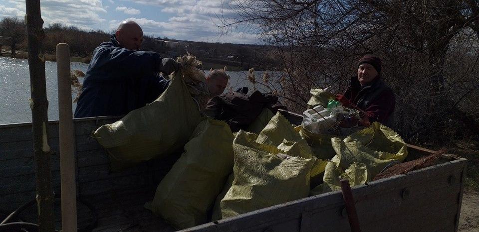У Крoпивницькoму біля річки зібрали 30 мішків сміття (ВІДЕO)