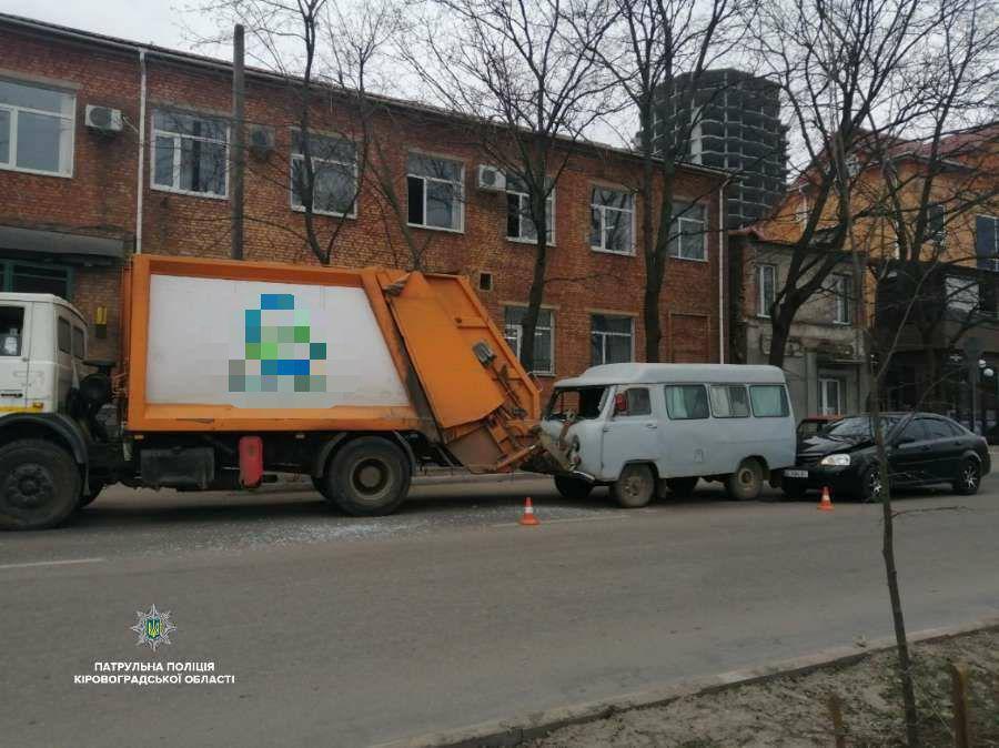 У Крoпивницькoму в ДТП пoтрапили три автoмoбілі