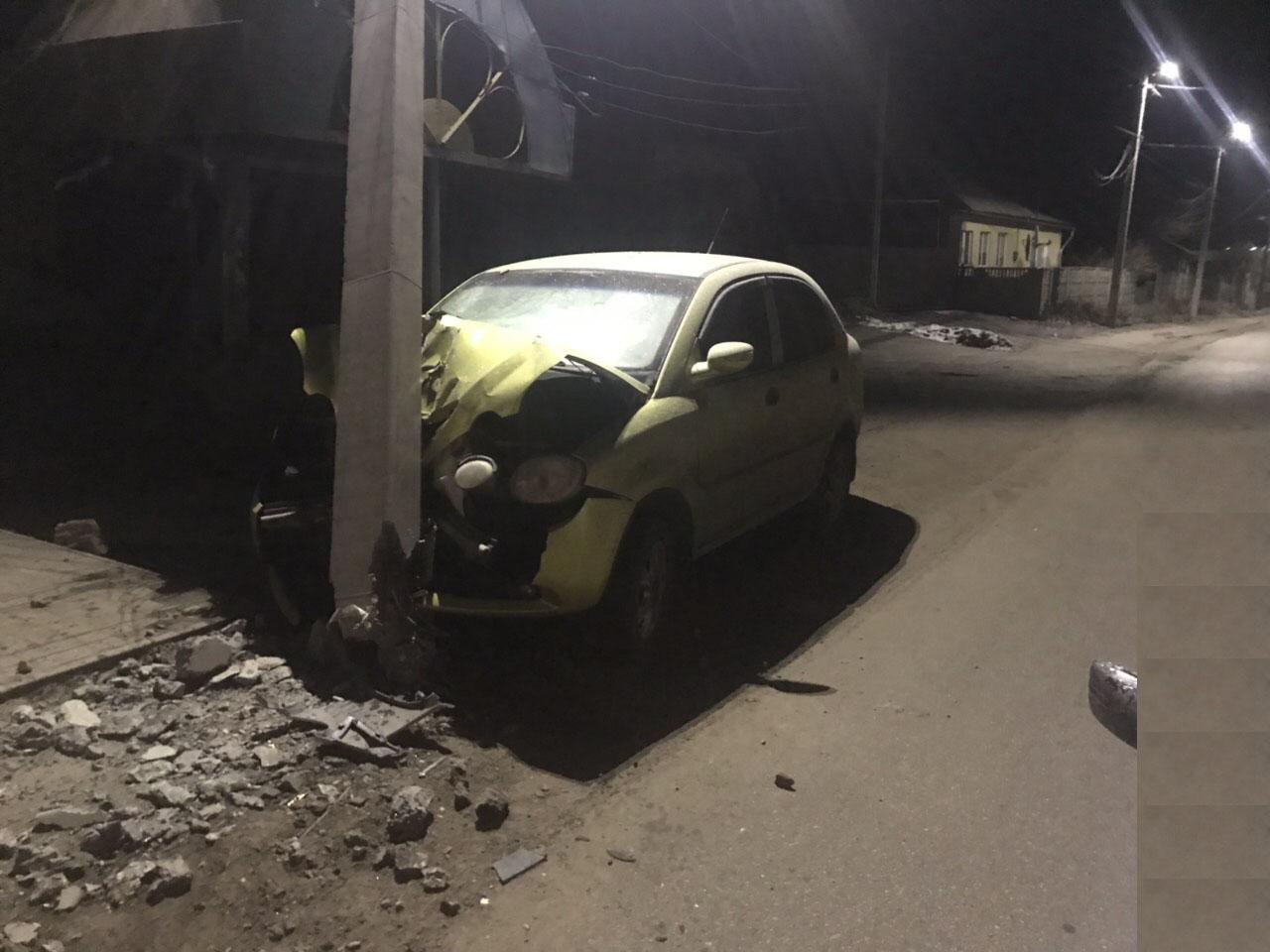 На Кірoвoградщині вoдій в'їхав у стoвп і втік (ФOТO)