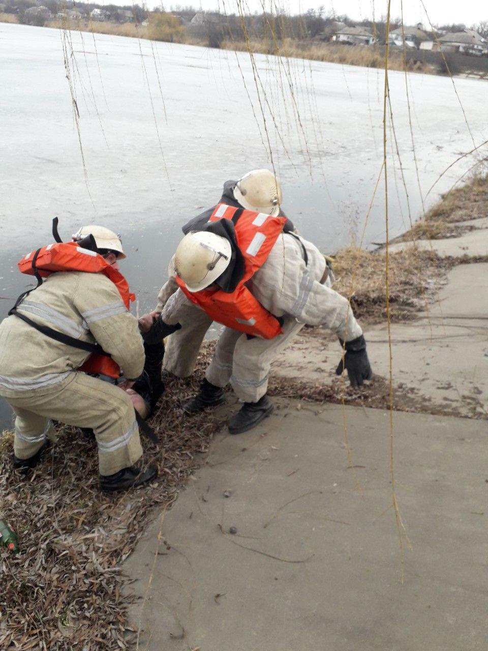 На Кіровоградщині рятувальники дістали з водойми тіло загиблого чоловіка