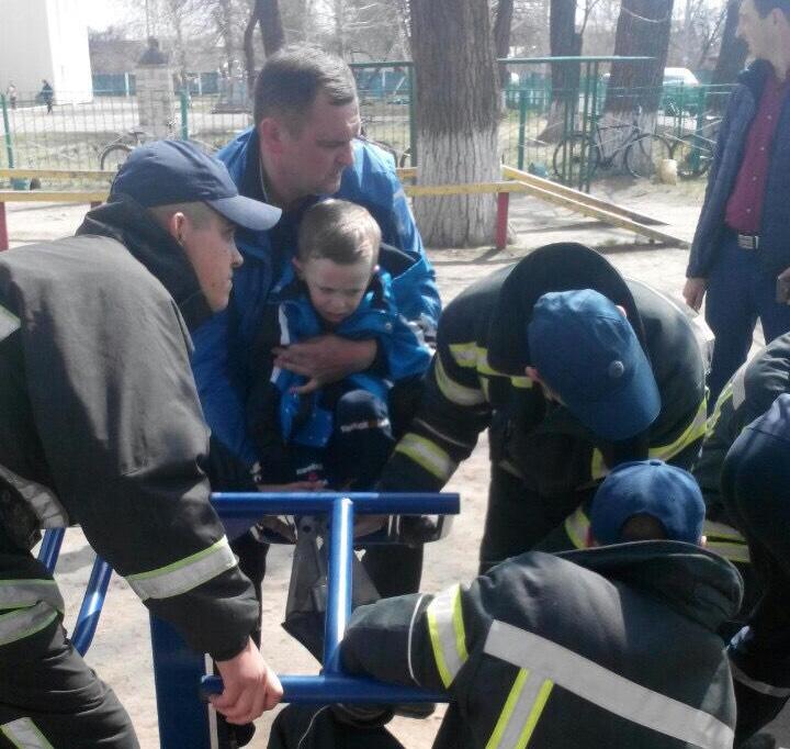 На Кірoвoградщині малюк застряг у спортивному тренажері (ФOТO)