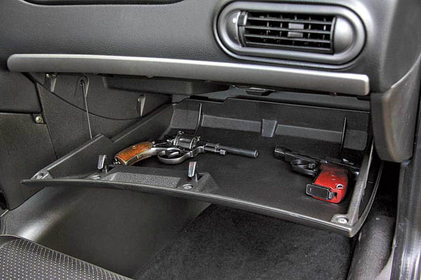 """На Кіровоградщині зупинили автівку """"начинену"""" зброєю і боєприпасами"""