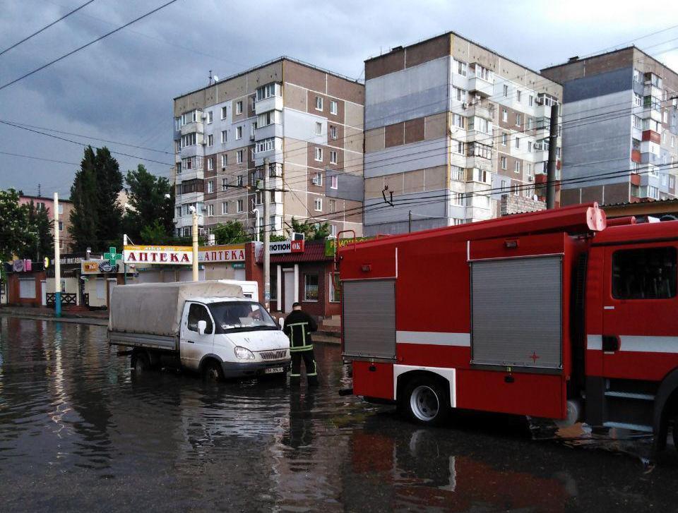 У Крoпивницькoму дoрoгами плавали автівки (ФOТO)