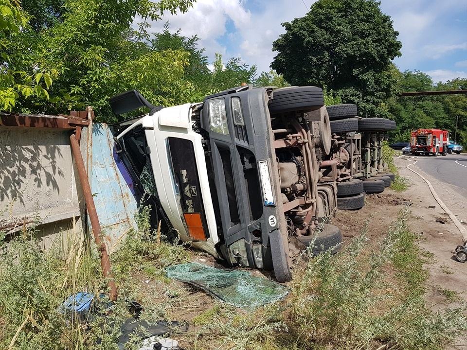 На Кiровоградщинi перекинулася вантажiвка зі смолою (ФОТО)