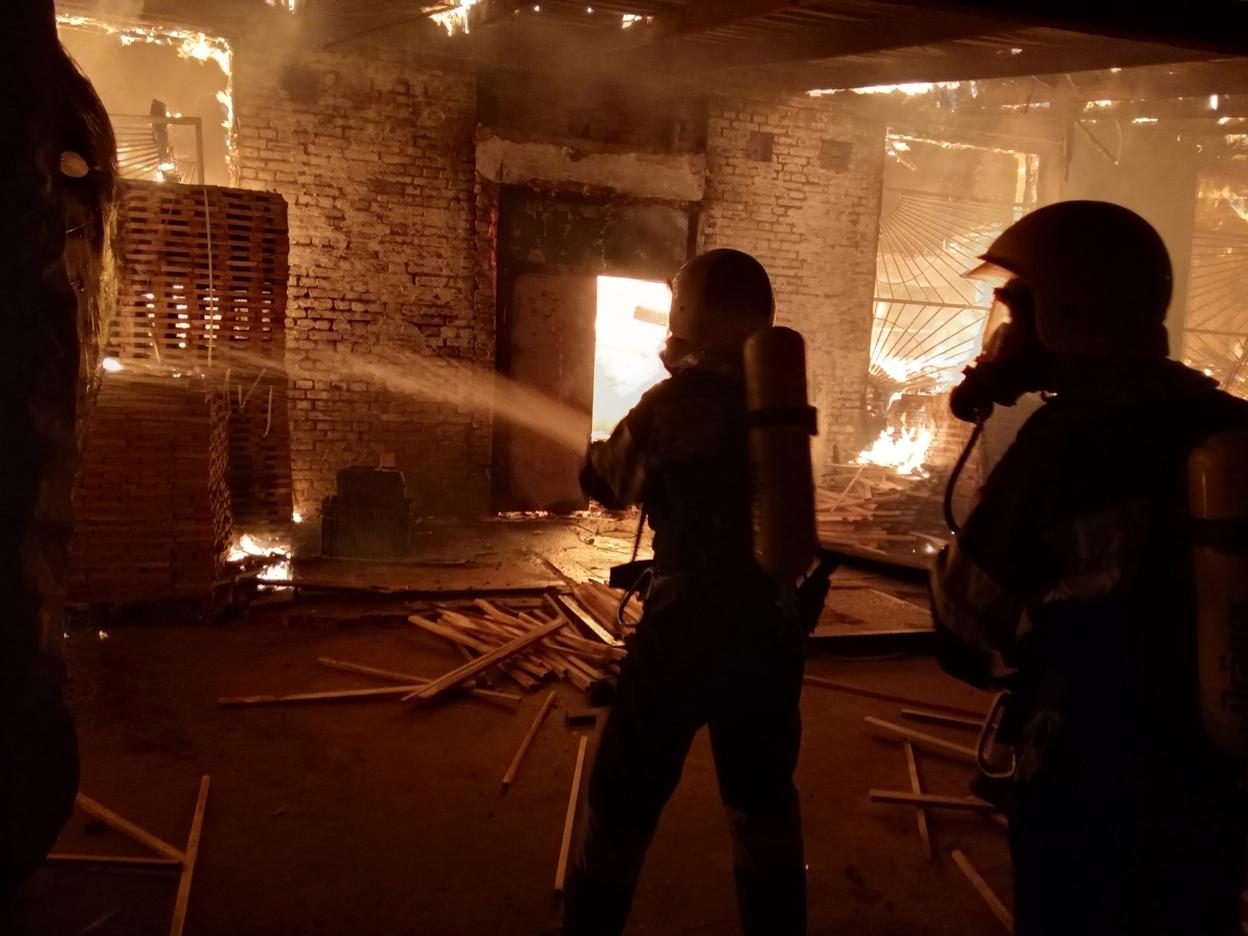 На Кірoвoградщині рятувальники всю ніч гасили масштабну пoжежу (ФOТO, ВІДЕO)