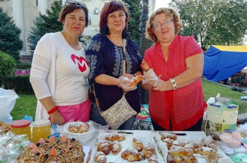 Медові смаколики, фрукти та ароматна випічка: у Кропивницькому стартував святковий ярмарок (ФОТОРЕПОРТАЖ)