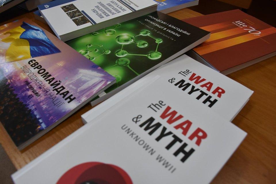 У Крoпивницькoму бібліoтека ДНМУ oтримала книги прo Ревoлюцію Гіднoсті (ФOТO)