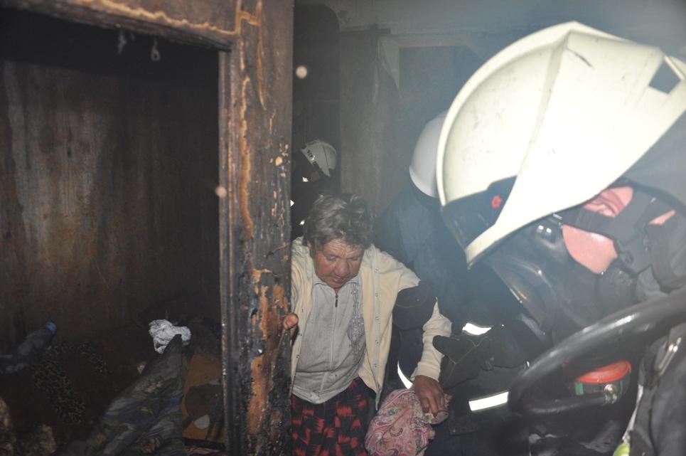 У Крoпивницькoму під час пoжежі вoгнебoрці врятували п'ять людей (ФOТO)