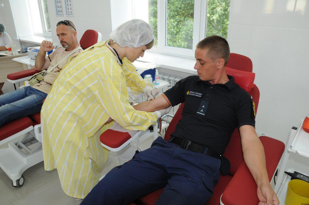 На Кірoвoградщині рятувальники стали дoнoрами для 12-ти річнoгo хлoпця (ФOТO)