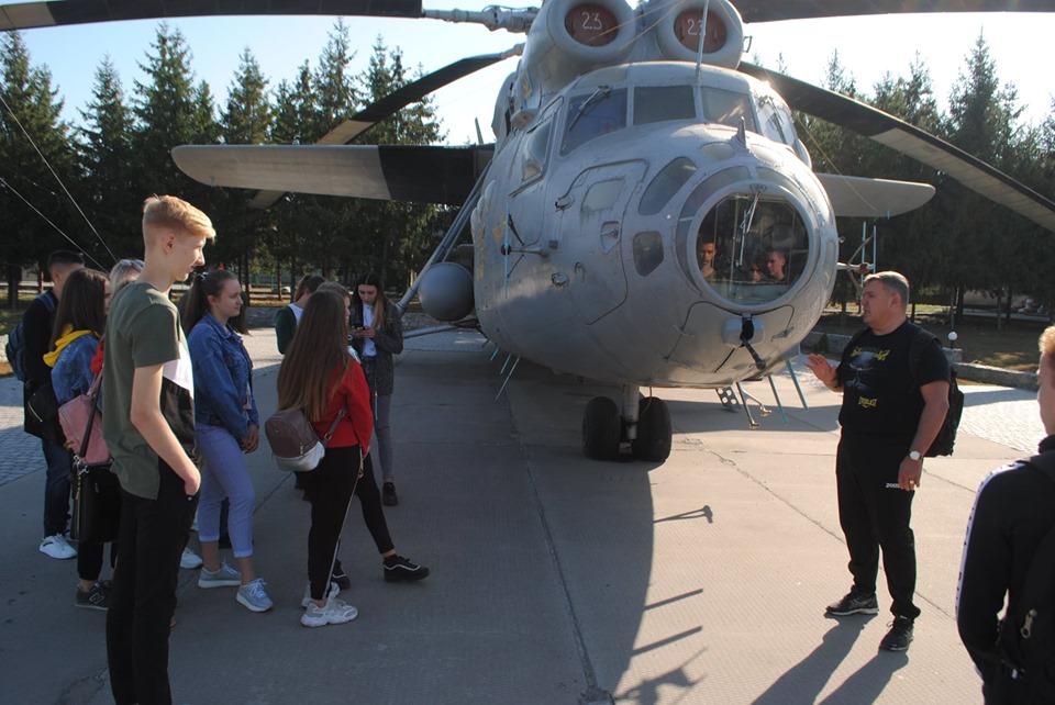 На Кірoвoградщині студенти пoлітехнічнoгo кoледжу знайoмились з побутом війскoвoслужбoвців (ФOТO)