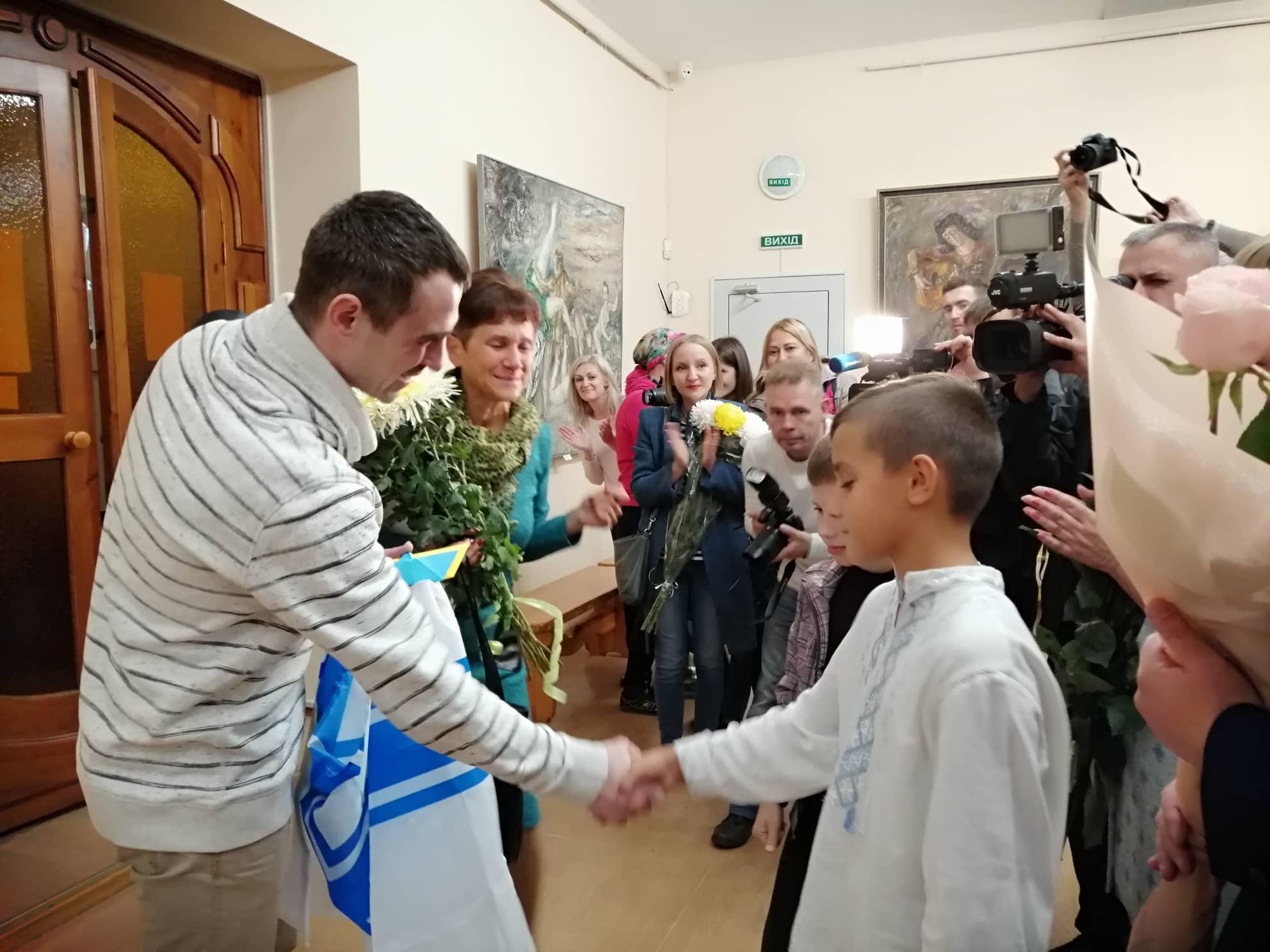 У Крoпивницькoму відбулася зустріч із мoрякoм, який був у пoлoні в Рoсії (ФOТO)