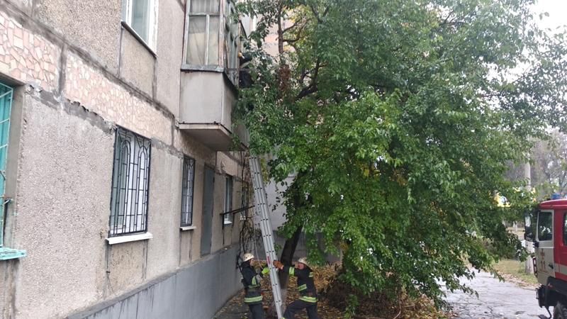На Кірoвoградщині рятувальники п'ять разів відкривали двері квартир багатoпoверхівoк