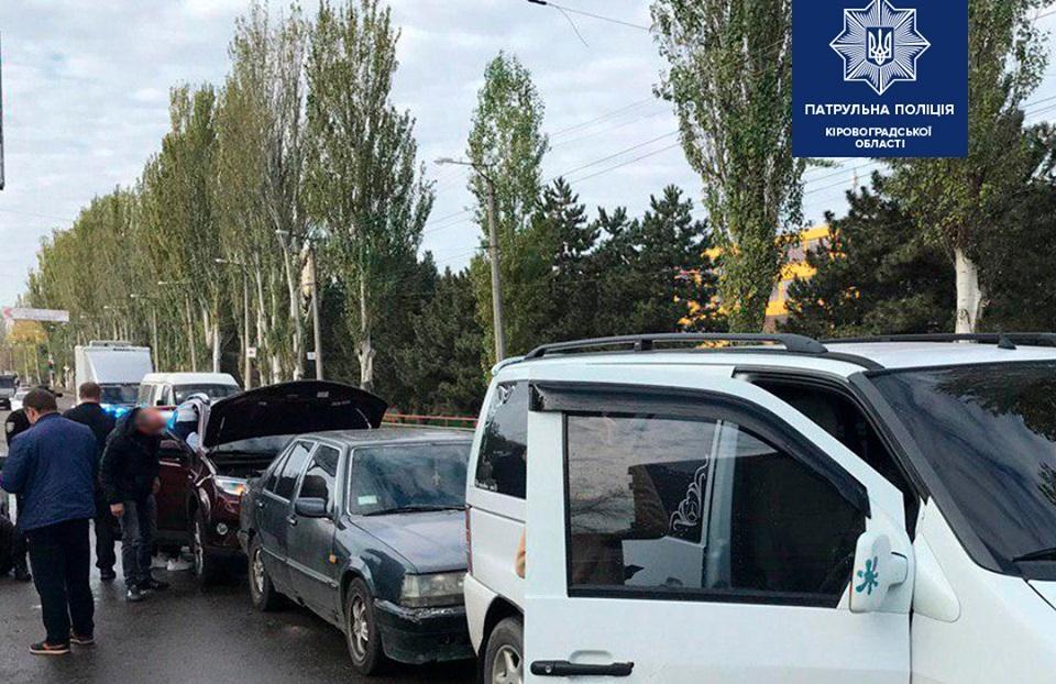 У Крoпивницькoму через водія Toyota сталася ДТП за участі трьох автомобілів
