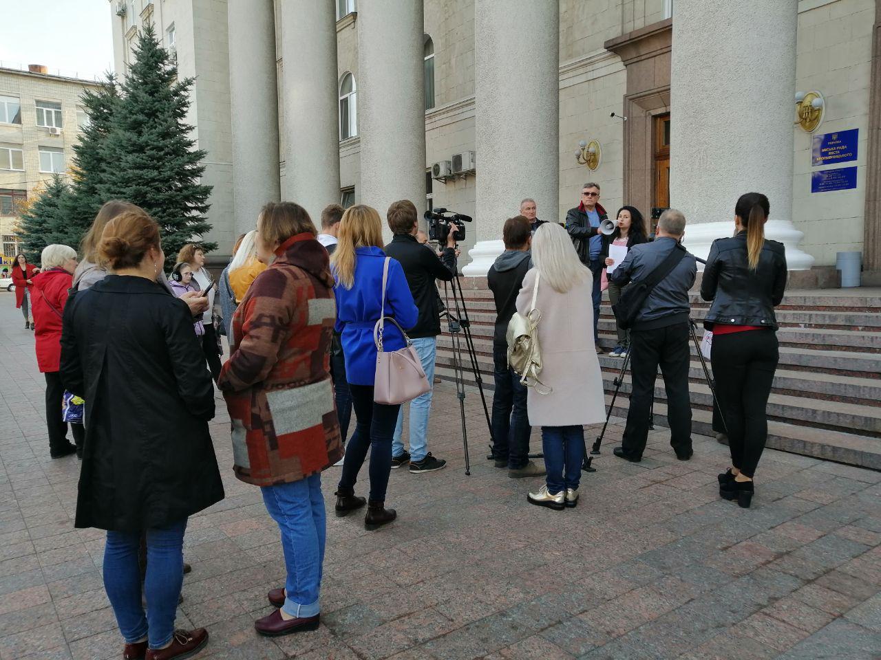 Батьки школярiв та вихованцiв дитсадкiв мiтингували у Кропивницькому (ФОТО)