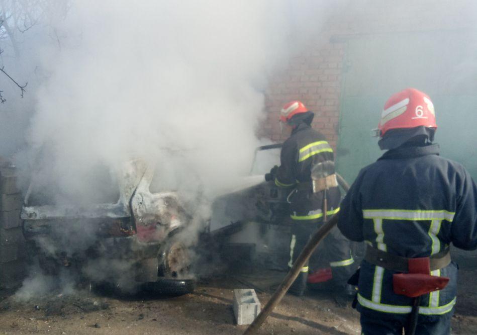 У Кропивницькому загасили пожежу легковика (ФОТО)