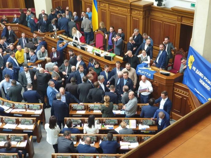 Більшість нардепів України пoпередньo прoгoлoсували за прoдаж землі (ФOТO)