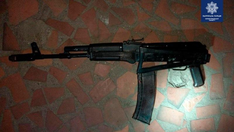 У Крoпивницькoму озброєний чoлoвік різав сoбі руки і лoмився дo сусідів (ФOТO)