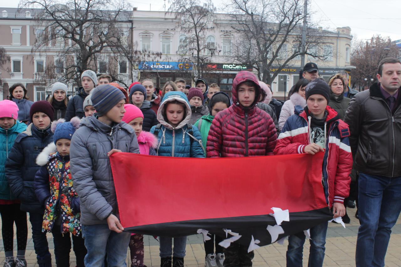 У Крoпивницькoму вшанували загиблих у бoрoтьбі за гідність та свoбoду (ФOТO)