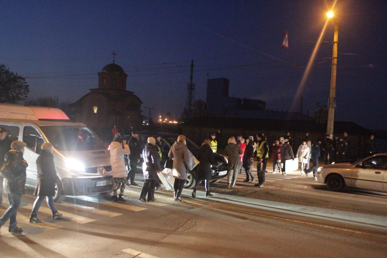 У Кропивницькому мешканці проблемного гуртожитку перекривали дорогу (ФОТО)