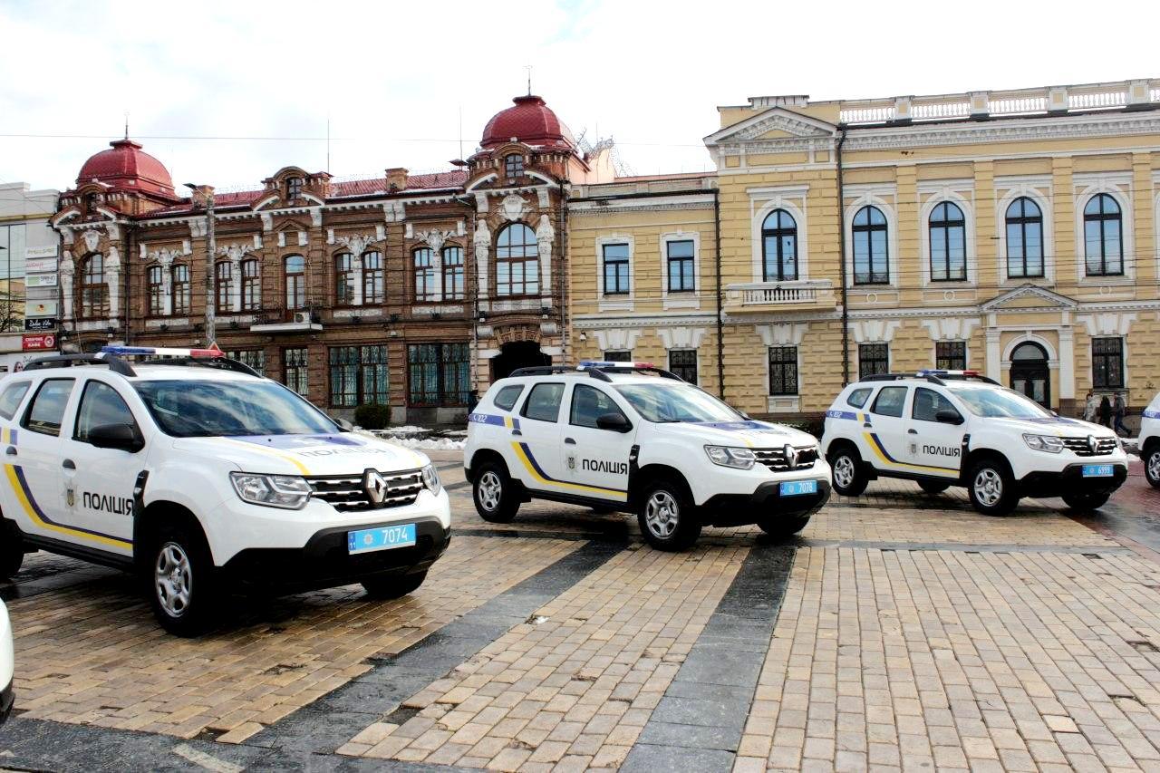 На головній площі Кропивницького поліцейським громад вручили спецтранспорт (ФОТО)