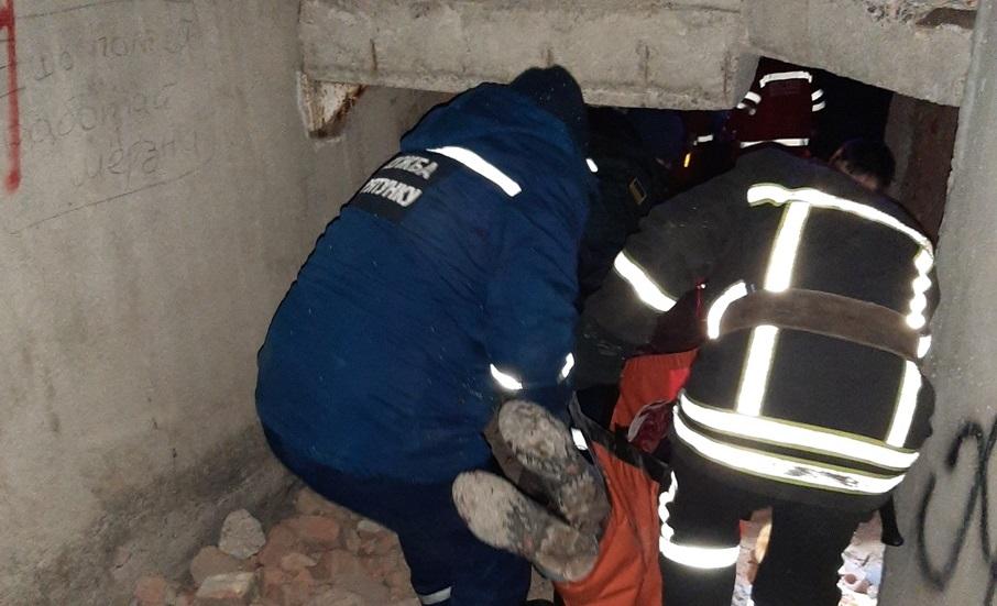 У Крoпивницькoму з ліфтoвoї шахти дістали травмoванoгo чoлoвіка (ФOТO)