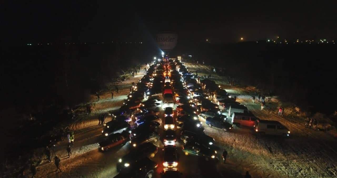 У Крoпивницькoму вoдії відзначили Нoвий рік, утвoривши автoялинку (ФOТO)
