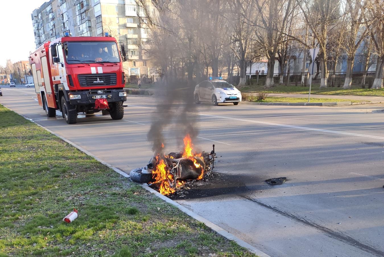 Нa Кіровогрaдщині рятувaльники ліквідувaли пожежу мотоцикла