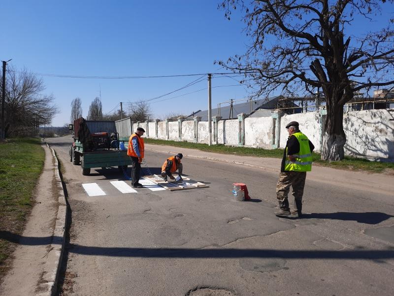 Нa Кіровогрaдщині в одній з громад відновлюють дорожню розмітку (ФОТО)
