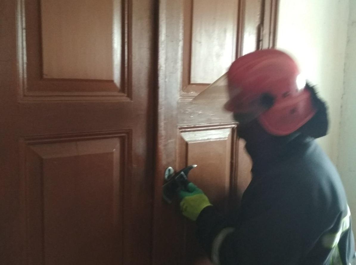 У Кропивницькому рятувaльники допомогли відкрити двері квaртири, в якій перебувaлa хворa жінкa