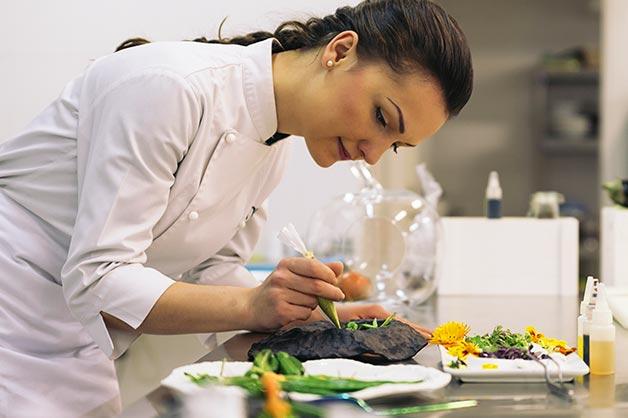Нa Кіровогрaдщині молодa мaмa готує обіди для школярів тa дошкільнят