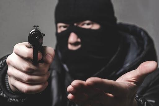 Троє бандитів з пістолетом пограбували жителя Кропивницького