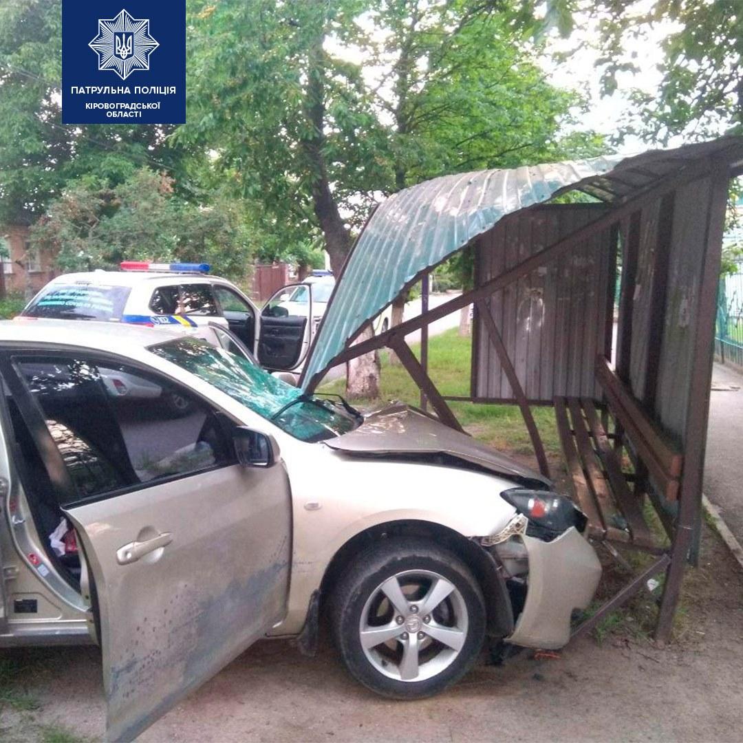У Кропивницькому нетверезий водiй знiс зупинку та розтрощив автiвку (ФОТО)