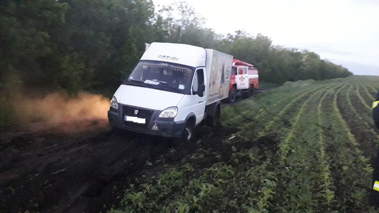 Нa Кіровогрaдщині рятувaльники допомогли водію подолaти склaдну ділянку дороги