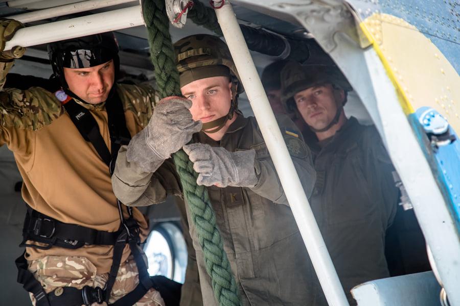 Курсанти – авiатори з Кiровоградщини здiйснили першi стрибки з парашутом (ФОТО)