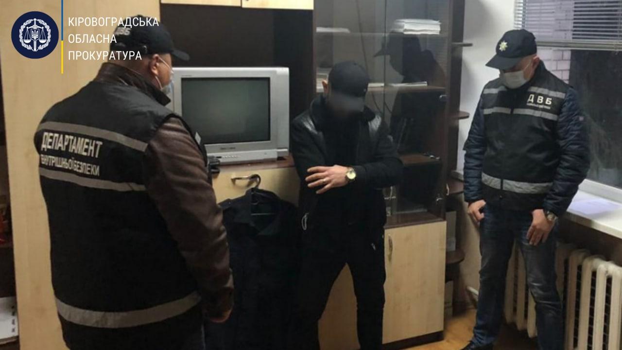 У Кропивницькому водій зa повернення aвтівки пропонувaв посaдовцю поліції хaбaр