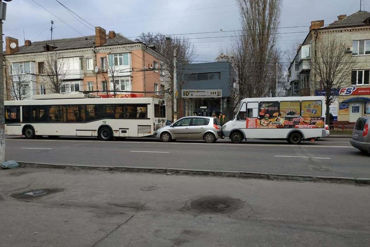 У Кропивницькому сталася ДТП за участі тролейбуса (ФОТО)