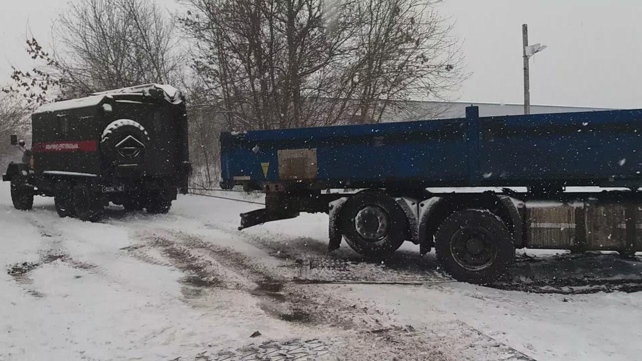 На Кiровоградщинi в снiгу застряг автомобiль з киснем для лiкарень (ФОТО)