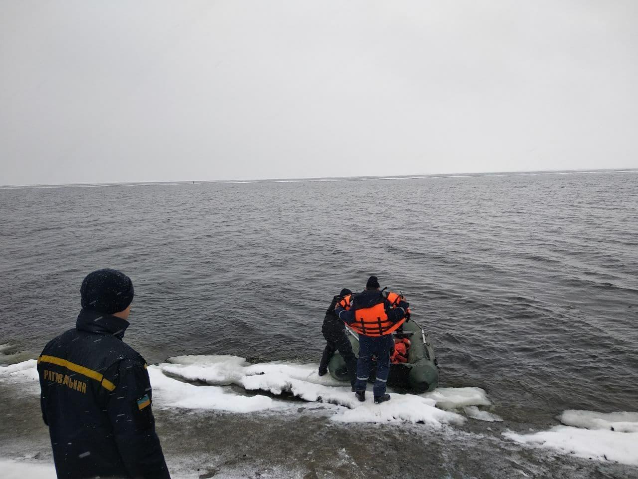 На Кiровоградщинi врятували рибалку, якого вiднесло течiєю на крижинi (ФОТО)