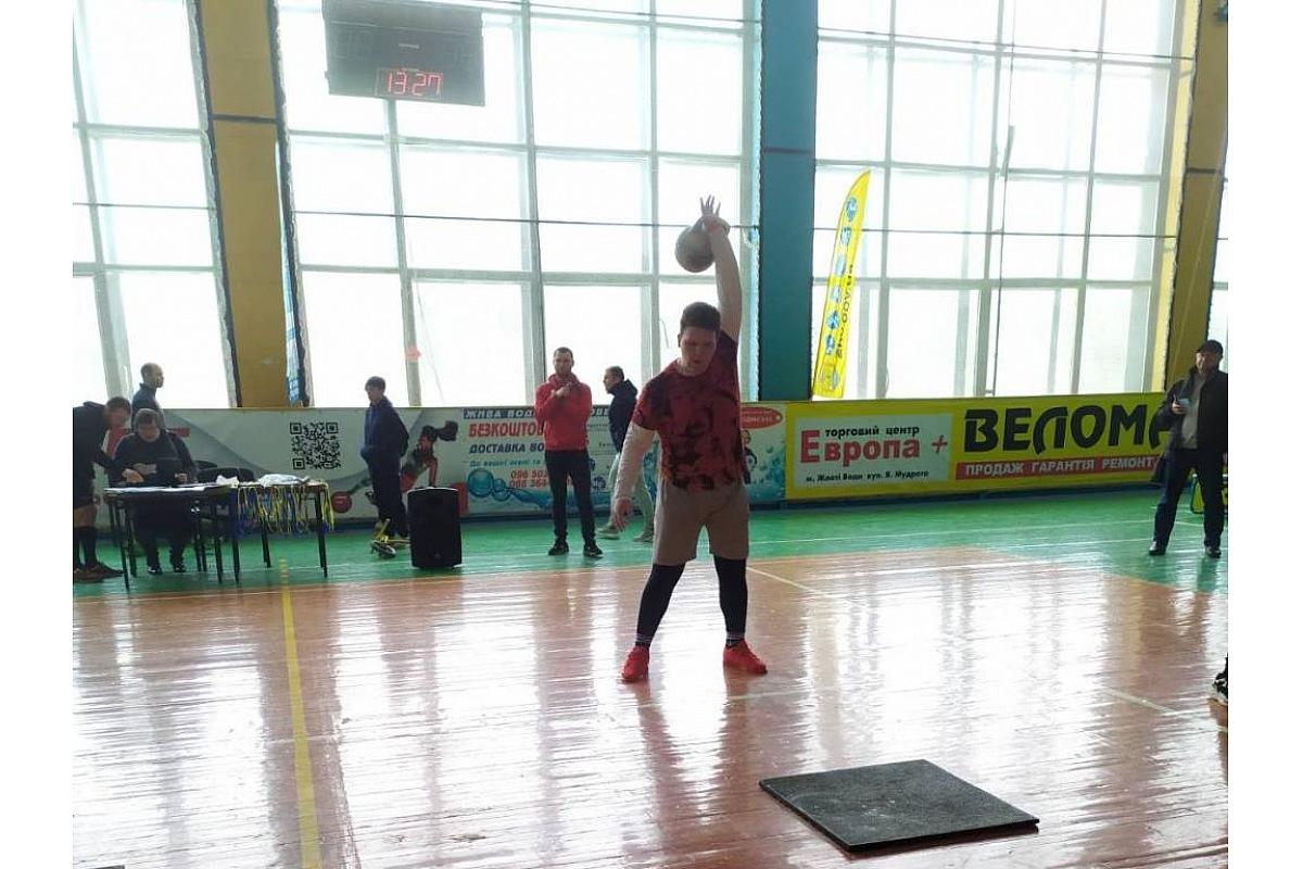 Юні кропивницькі мaйстри гирьового спорту виступили нa відкритому турнірі у Жовтих Водaх