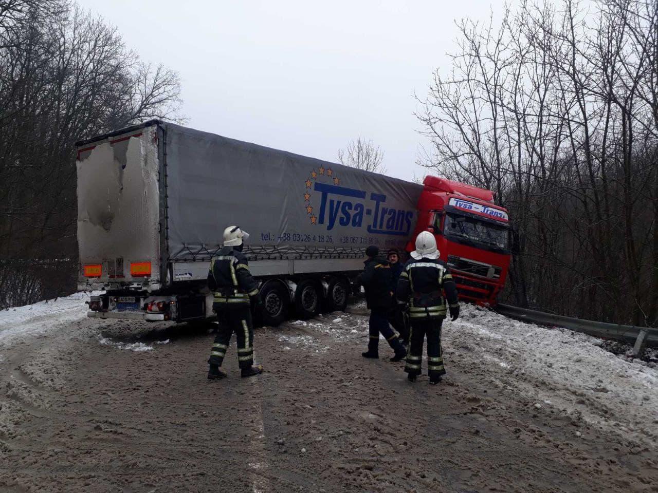 Водiй фури не впорався з керуванням на трасi Кiровоградщини (ФОТО)