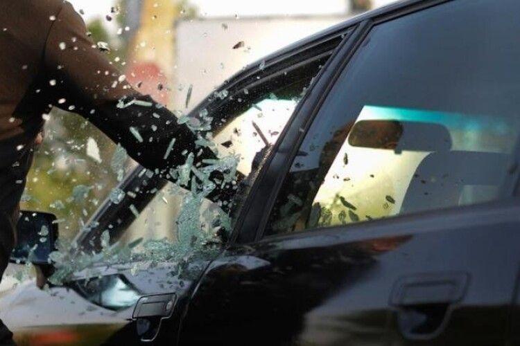 У Кропивницькому засудили чоловіка, який обкрадав автівки
