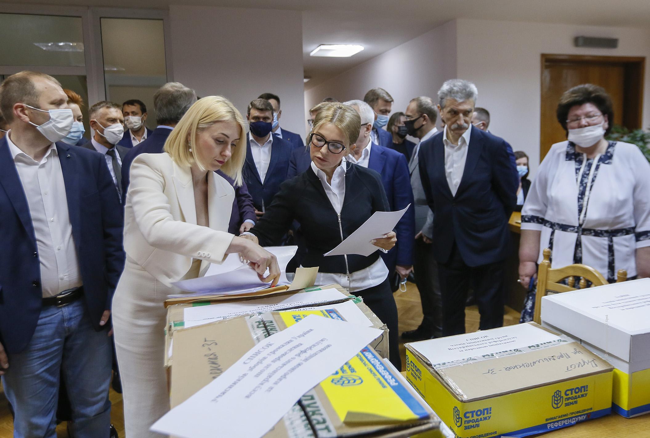 """""""Батьківщина"""" передала до ЦВК усі необхідні для старту референдуму документи"""